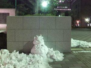 早稲田大学正門の雪だるま