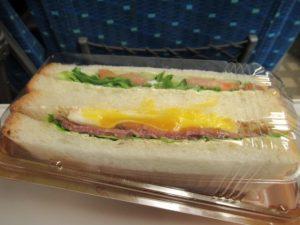 差し入れのサンドイッチ